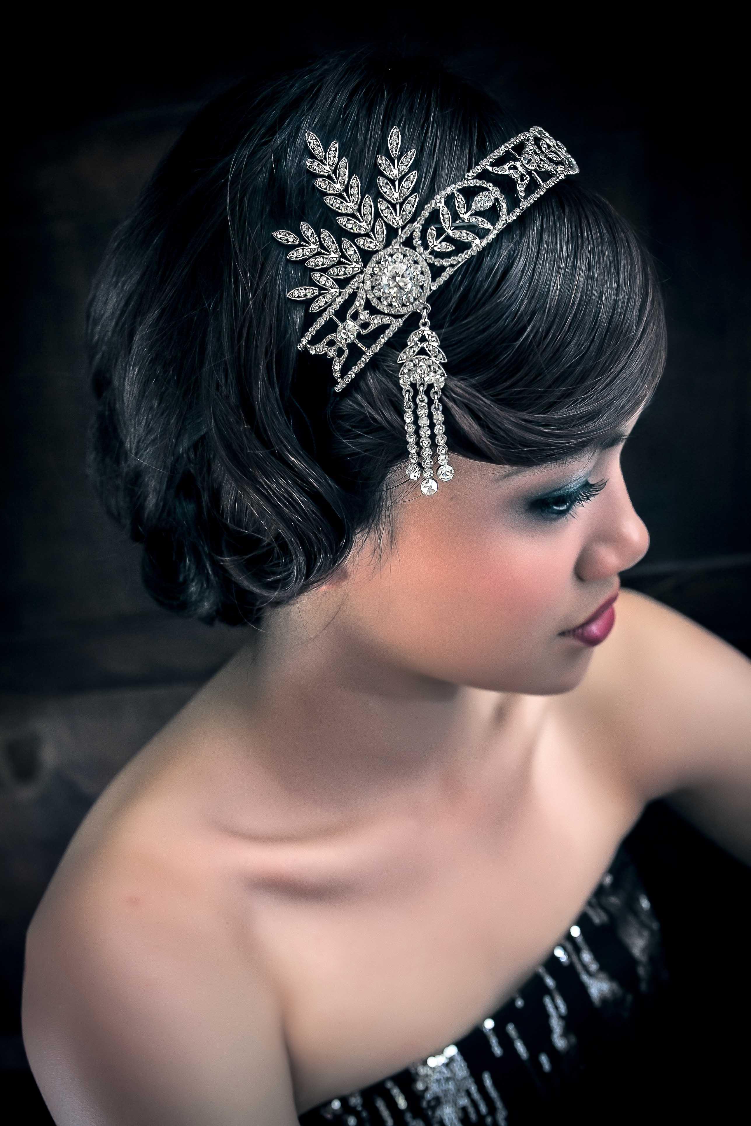 1920's是一次世界大戰後 人們最懷念的美好年代. 對於女性而言,是個服裝解放與妝容轉化的年代, 短髮與手推波造型是最為經典的, 而在此時女性喜配戴髮帶般金屬質感頭飾或者鑲有寶石及羽毛的飾品 反映出了人們在戰後,響往奢華以及自由的生活 這次的年代彩妝創作除了典雅推波的髮型與飾品外, 妝容也是根據當時的重煙燻及長細眉改變為現代感新的20's靈感妝