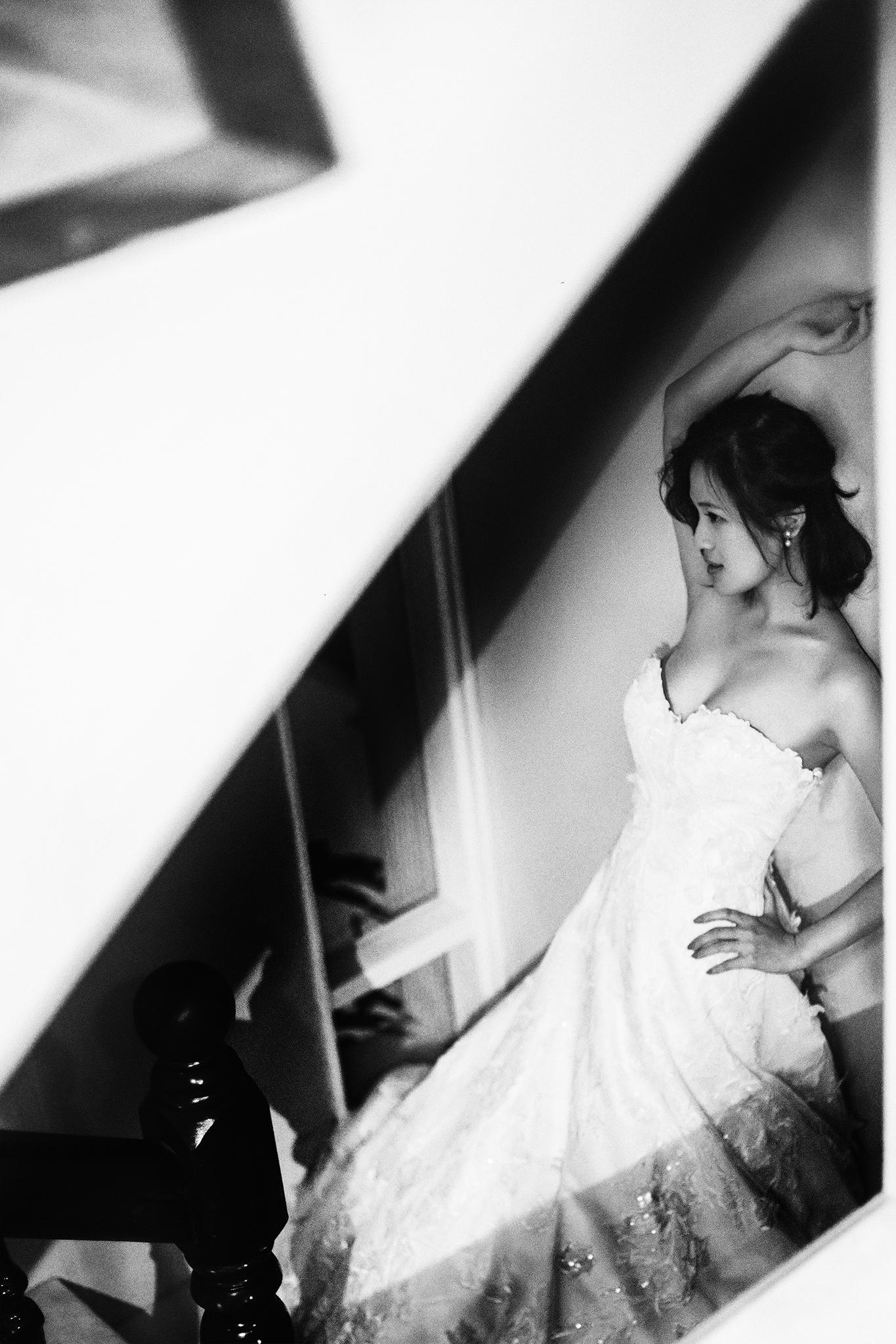 女孩們婚禮中最期待的,就是在婚禮當天穿上一襲精緻的嫁紗,美麗的展現在眾人面前。如果禮服有任何問題,加上又要穿一整天,其實是既不舒服又難熬的。新娘們,你們只要能夠自行在試穿時學會判斷禮服是否合身, 就能省去臨時補救的麻煩,為自己與新祕們爭取更多的做造型時間。